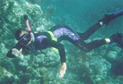 Yvonne free-diving in Belize c. Lanelli 2003